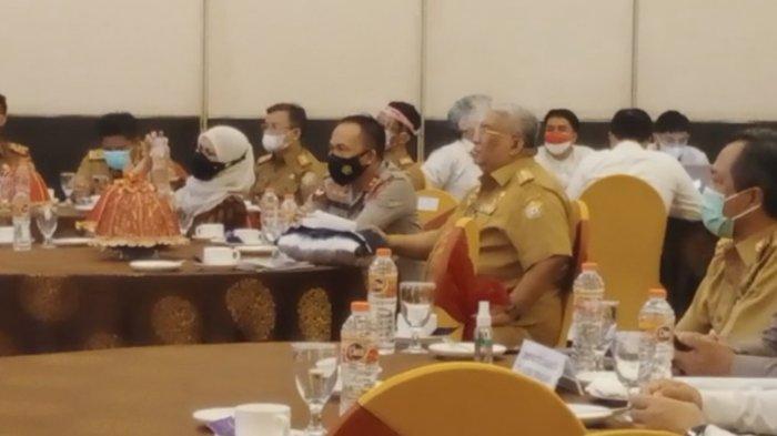 Gaya Gubernur Ali Mazi saat Kajati dan Kapolda Sultra Bawa Sambutan di Acara Seminar Korupsi