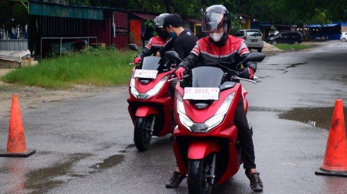 Pengendara melakukan test ride Honda All New PCX 160 di Lapangan MTQ, Kota Kendari, Provinsi Sulawesi Tenggara (Sultra), Sabtu (27/03/2021).