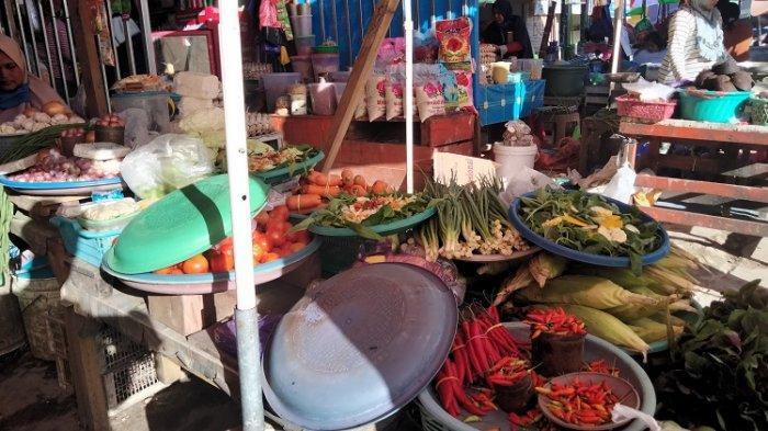 Penjual Sayur di Pasar Andounohu, Kota Kendari, Sulawesi Tenggara, Senin (30/8/2021).