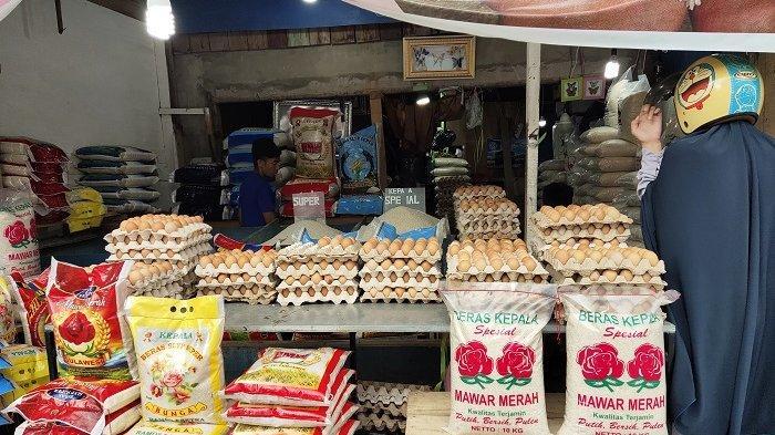 Pedagang telur di Pasar Panjang, Kota Kendari.