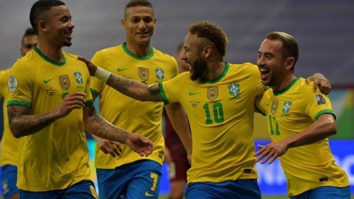 Neymar dari Brasil (kedua dari kanan) merayakan dengan rekan setimnya (kiri ke kanan) Gabriel Jesus, Richarlison dan Everton Ribeiro setelah mencetak gol ke gawang Venezuela selama pertandingan fase grup turnamen sepak bola Conmebol Copa America 2021 di Stadion Mane Garrincha di Brasilia pada 13 Juni 2021.