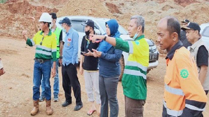 Humas PT Tiran Group La Pili (baju hijau kuning menunjuk)