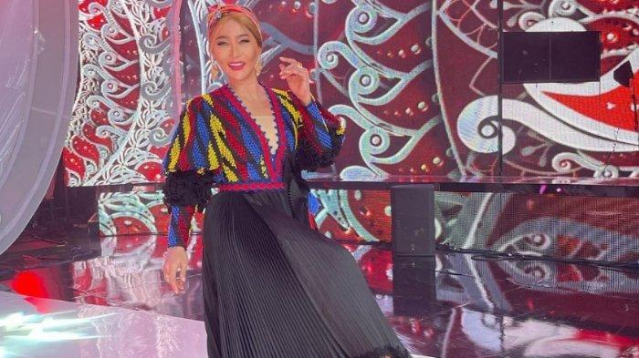 Pedangdut Inul Daratista mengenakan pakaian bahan tenun Konasara dari Kabupaten Konawe Utara (Konut), Provinsi Sulawesi Tenggara (Sultra), saat tampil sebagai juri pada ajang pencarian bakat Liga Dangdut Indonesia atau LIDA 2021 di Indosiar.