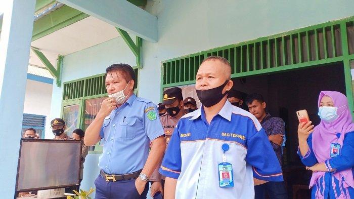 Pelaksana Tugas (Plt) Direktur PDAM Tirta Darma Konawe, Ir Munawar Taligana saat menemui pengunjuk rasa dari Konsorsium Pemuda dan Masyarakat Kecamatan Anggaberi, Kamis (30/9/2021).