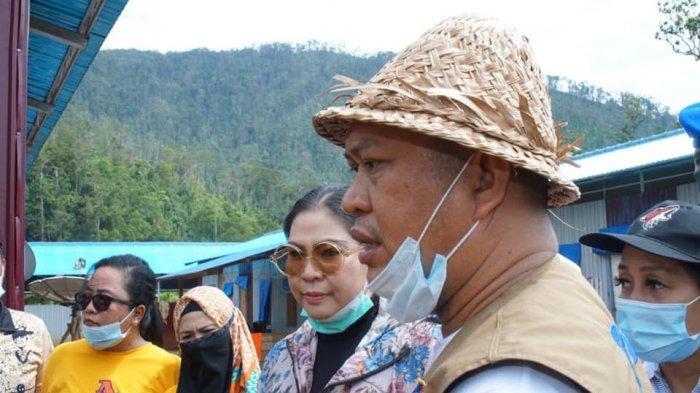 Istri Gubernur Sultra Ali Mazi, Agista Ariany Bombay, didampingi Bupati Konawe Utara Ruksamin saat berkunjung ke Kabupaten Konut, Juli 2020 lalu.