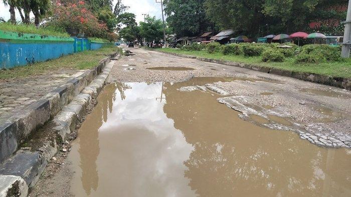 Jalan ke Pelabuhan Nusantara Kendari Rusak Berlubang, Jadi Pemicu Macet, Butuh Perbaikan Segera