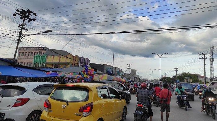 Pasar Anduonohu Macet Jelang Waktu Berbuka Puasa, Kendaraan Parkir di Pinggir Jalan
