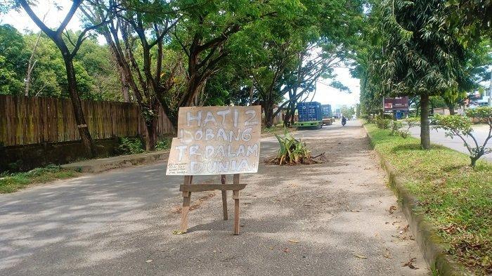 Jalan Rusak Dekat Makam Raja Lakidende, Warga Konawe Pasang Peringatan Sebut Lubang Terdalam Dunia