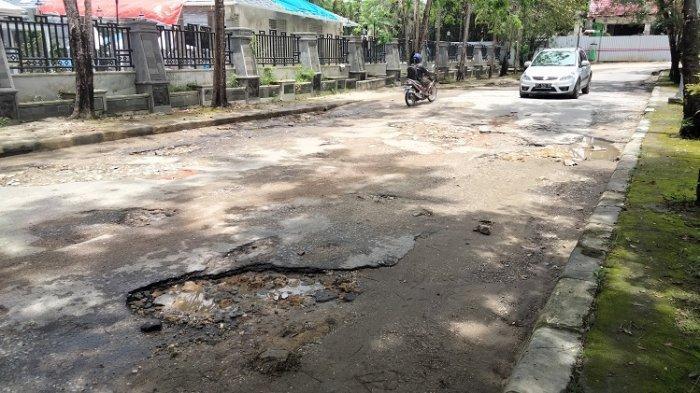Jalan Depan Rujab Gubernur Sulawesi Tenggara Rusak, Pemprov Sultra Sebut Bakal Diperbaiki Tahun 2022