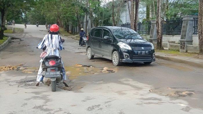 Khawatirkan Jalan Rusak Dekat Rujab Gubernur Sultra, Pengendara: Mungkin Sengaja Biar Hati-hati