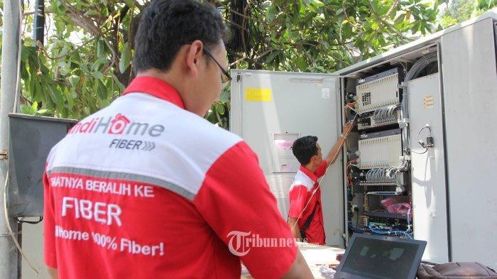 Petugas memeriksa jaringan internet, belum lama ini. Sejumlah warga di Kendari mengeluhkan lambannya pemasangan jaringan baru Indihome (foto ilustrasi).