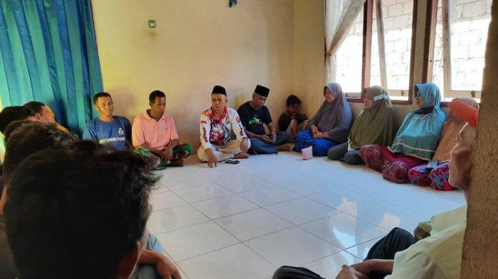 Ketua DPC Partai Gerindra Rahman Pua saat menyalurkan sembako Ramadan di Kelurahan Wakoko, Kecamatan Pasarwajo, Kabupaten Buton, Sulawesi Tenggara (Sultra), Senin (26/4/2021).