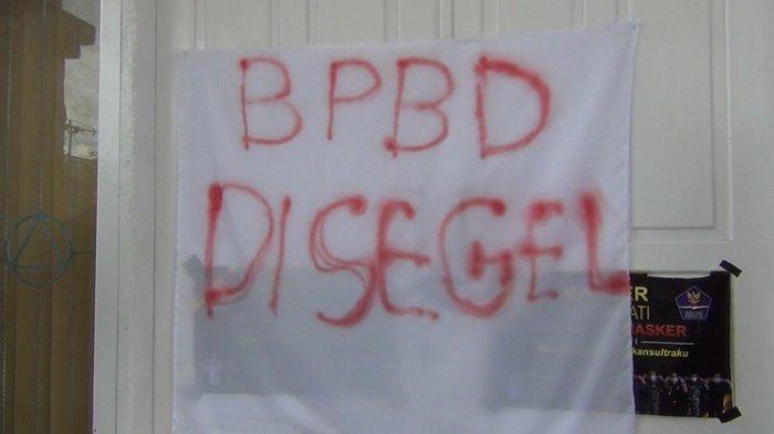 Kantor BPBD Sultra Disegel Mahasiswa, Buntut Honor Petugas Satgas Covid-19 Belum Dibayarkan