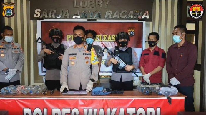 Kapolres Wakatobi AKBP Suharman Sanusi Suharman pada rilis kasus pembakaran rumah yang menyebabkan pasangan suami istri meninggal dunia di Mapolres Wakatobi, Jalan Abd Rahman, Wandoka Wangi Wangi, Kabupaten Wakatobi, Provinsi Sulawesi Tenggara (Sultra), Rabu (11/03/2021).