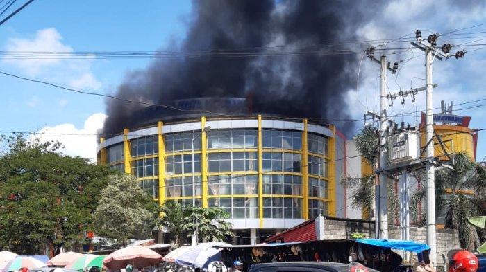 Asap Mengepul di Lantai 3 Pasar Sentral Kota Lama Kendari, Damkar Kerahkan 3 Mobil Pemadam