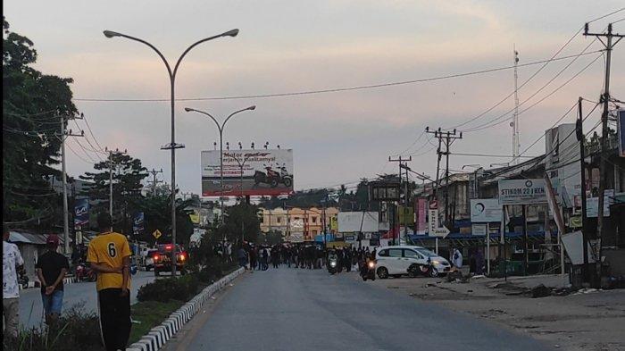 Kelompok pemuda keluar dari gang jalan lumba-lumba Kelurahan Lalolara, Kecamatan Kambu, Kota Kendari dan menuju ke area Pasar Baru.