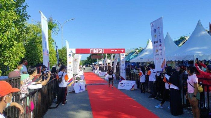 Anetta Fani Octaria (21) atlet asal Malang, Jawa Timur menyentuh garis finish pertama dalam ajang Kendari Triathlon 2021, Sabtu (29/5/2021).