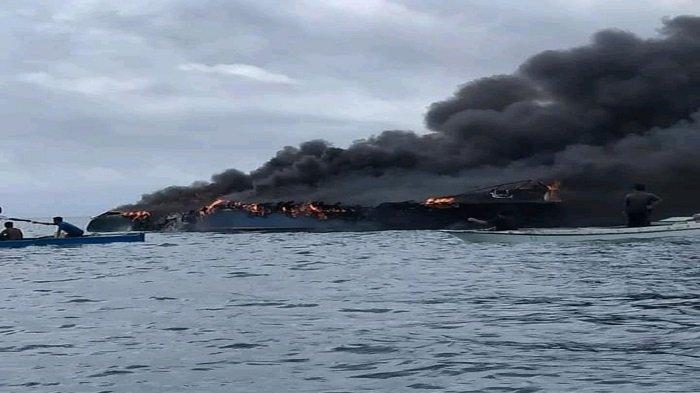 Detik-detik Kapal Terbakar di Bombana, Asap Hitam Muncul, Penumpang Langsung Lompat ke Laut