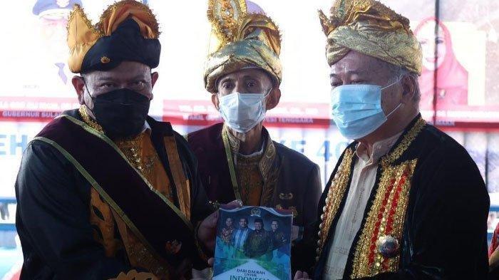 Wali Kota Baubau AS Tamrin (tengah) di Kota Baubau, Sulawesi Tenggara, Kamis (17/6/2021).