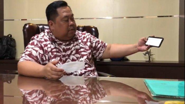 Ketua Kamar Dagang dan Industri Sulawesi Tenggara (Kadin Sultra) Anton Timbang menunjukkan surat permohonan yang diajukan ke Kadin Indonesia untuk menjadi tuan rumah pelaksanaan Musyawarah Nasional (Munas) Kadin di kantor Kadin Sultra, kawasan Kompleks Ruko Bypass, Jalan Brigjen M Yoenoes, Kota Kendari, Provinsi Sultra.