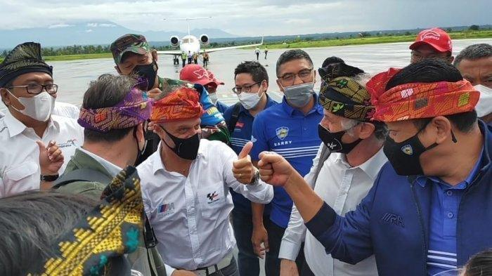 Ketua MPR RI sekaligus Ketua IMI Bambang Soesatyo (kanan) bersama tim Dorna Sports mengenakan sapu khas Lombok, saat tiba di Bandara Internasional Lombok, Rabu (7/4/2021).