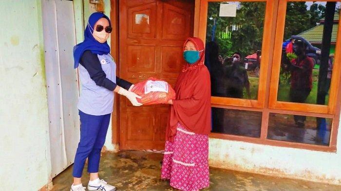 PMI Konawe Bagikan 148 Paket Sembako ke Warga Desa Amonggode yang Tengah Lockdown
