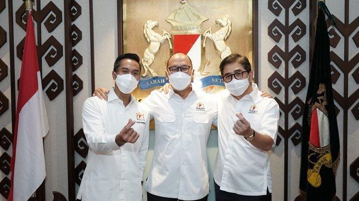 Ketua Umum Kadin Indonesia Rosan Roeslani didampingi 2 Calon Ketua Umum Kadin Indonesia yakni Arsjad Rasjid (kiri) dan Anindya Bakrie (kanan)