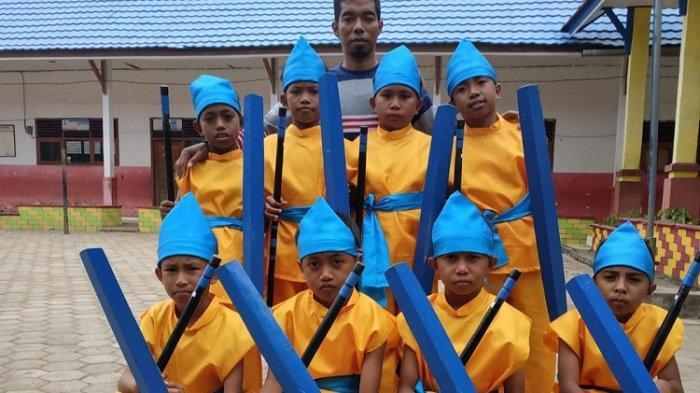 Kisah Inspiratif Sahaludin Guru di Baubau, Mengajar di Daerah Terpencil, Menepuh Jarak Sejauh 50 Km