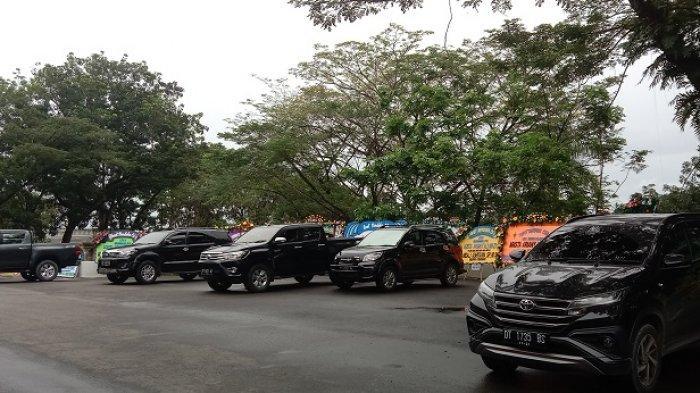 Sejumlah mobil terparkir di belakang Rujab Gubernur Sultra, pada Rabu (14/07/2021).