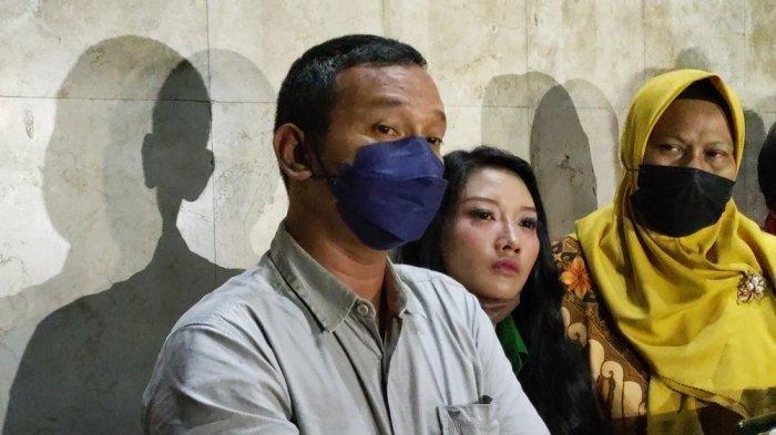 Korban penipuan rekrutmen CPNS bodong yang diduga dilakukan Olivia Nathania di sela pemeriksaan sebagai saksi pelapor di Polda Metro Jaya, Jumat (1/10/2021)