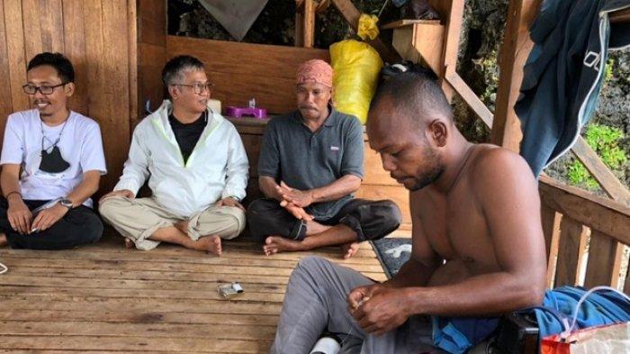 Langkelu (53) berikat kepala merah dan Lukman Bajo tak pakai baju, bersama Penulis (white coat) di Pondok Pancing Daeng Lala, Pantai Lakeba, Betuambari, Baubau, Sulawesi Tenggara, Sabtu (11/9/2021) siang.