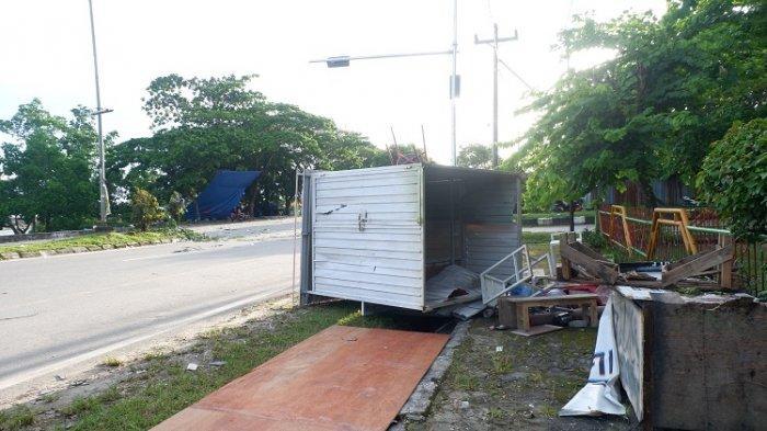 Lapak Pedagang Kaki Lima di Kendari Beach Rusak Diamuk Massa saat Bentrokan Kelompok Pemuda