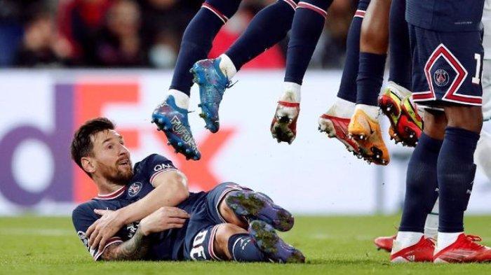 Lionel Messi dianggap tidak pantas tiduran di lapangan. (REUTERS/BENOIT TESSIER)