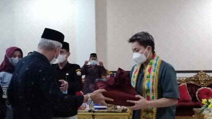 Wakil Gubernur Sulawesi Tenggara Hadiahi Apriyani Rahayu Tanah 2 Hektar, Ayahnya Umrah Gratis