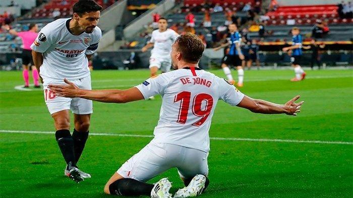 Luuk De Jong dan Jesus Navas saat merayakan gol pertama Sevilla di Final Liga Europa, Sabtu (22/8/2020)