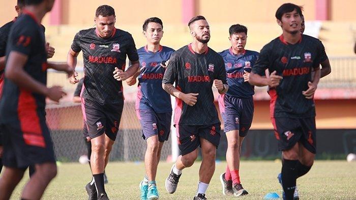 Suasana pemain Madura United saat latihan bersama di Stadion Gelora Madura Ratu Pamellingan Pamekasan, Selasa (29/6/2021).