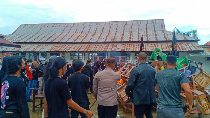 Mahasiswa Universitas Lakidende Konawe saat membakar bangku dan kursi kampus sebagai bentuk protes surat DO dari rektor kepada rekan mereka.