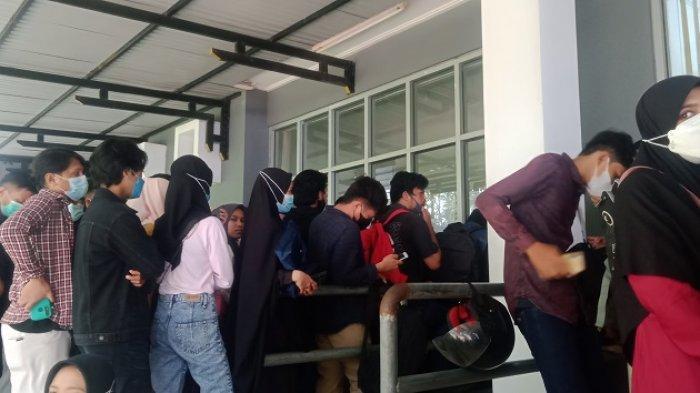 Ratusan mahasiswa saling berhimpitan saat mengntre untuk membayar UKT di UHO, Kamis (26/8/2021).