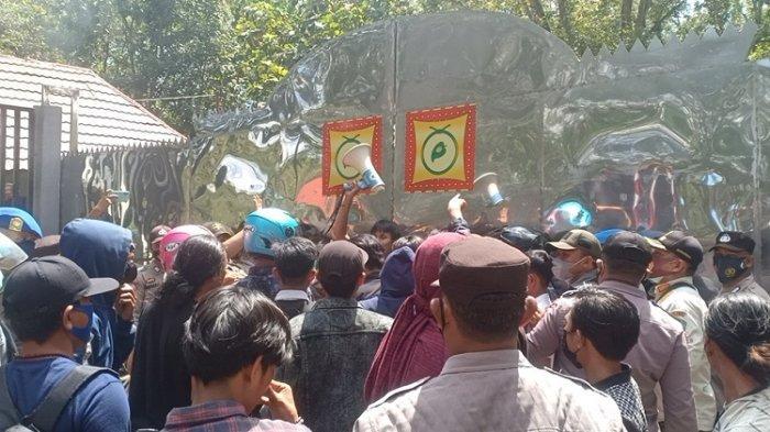 Tolak PPKM Mikro, Puluhan Mahasiswa Demo Kantor Bupati Konawe