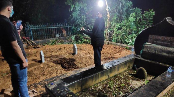 Suasana makam Agista Ariany Bombay yang merupakan istri Gubernur Sulawesi Tenggara Ali Mazi di TPU Punggolaka Kendari, Selasa 13 Juli 2021 malam.
