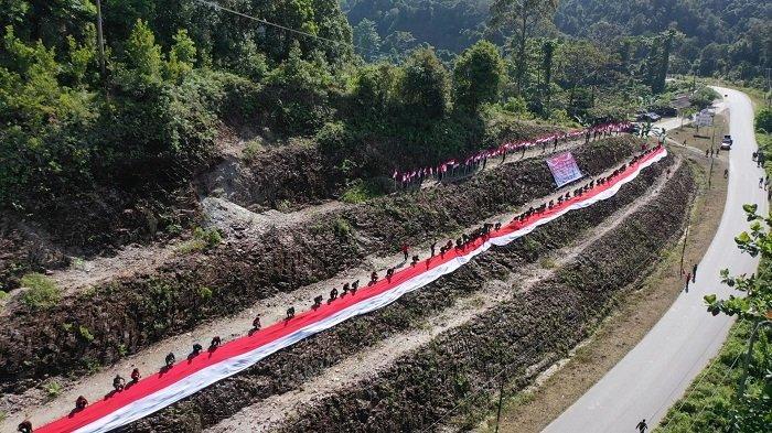 Manggala Agni dan Brimob Bentangkan Bendera 76 Meter di Puncak Wolasi, Gelar Vaksinasi Kemerdekaan