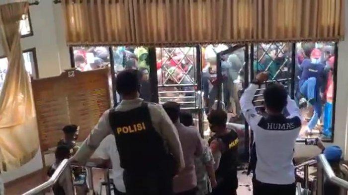 Demonstrasi di Konawe Selatan, Massa Rusak Gedung DPRD, Kaca Jendela Pecah, Satpol PP Terluka