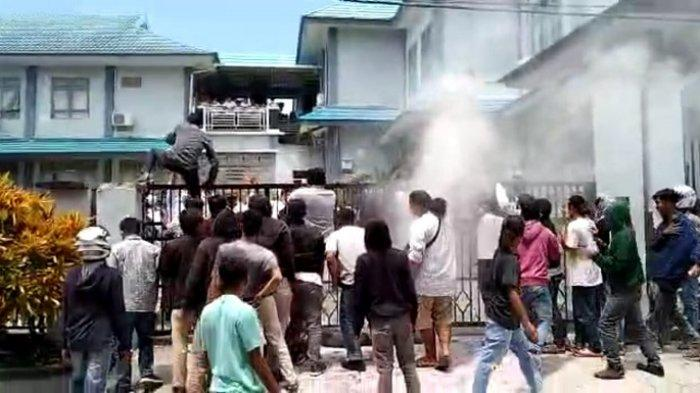 Massa dari Barisan Aktivis Keadilan (Bakin) Sultra melakukan orasi sambil membakar ban bekas di pintu gerbang Kantor BWS IV, Senin (15/3/2021).
