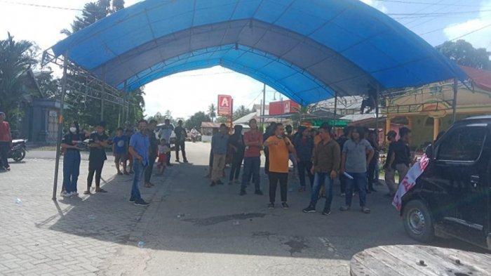Masyarakat dan Mahasiswa Protes Jalan Rusak, Blokade Akses Konawe Selatan-Kendari, Truk Putar Balik
