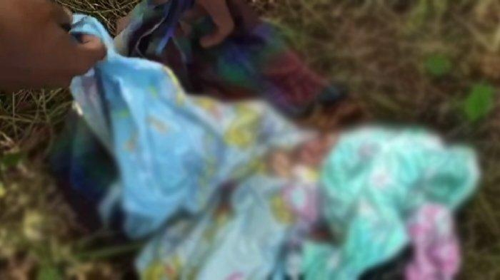 Sosok mayat bayi tergeletak di rerumputan, di Lingkungan Batu Maali, Kelurahan Baadia, Kecamatan Murhum, Kota Baubau, Sultra, Rabu (1/9/2021).