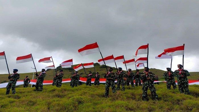 Brimob Polda Sultra Bentangkan Bendera Merah Putih Sepanjang 76 Meter di Bukit Lamaindo Rongi Busel