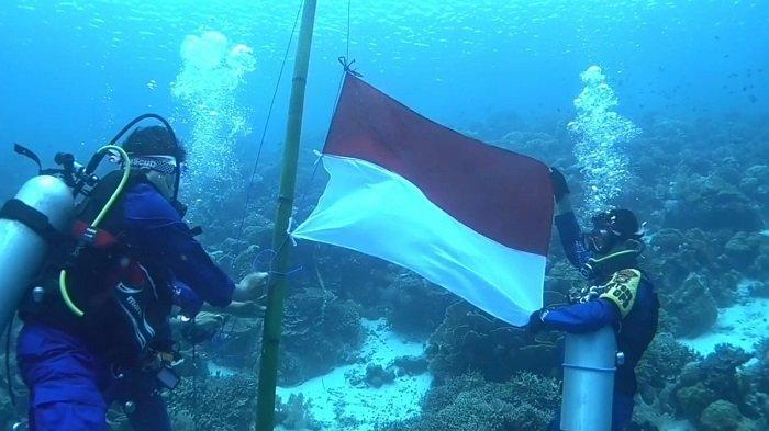 Belasan Penyelam dan Personel Polairud Polres Wakatobi Kibarkan Bendera Merah Putih di Bawah Laut