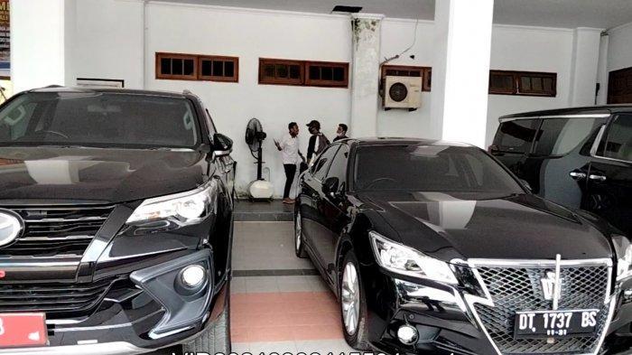 Mobil Toyota Crown berwarna hitam dengan plat nomor hitam DT 1737 BS dan mobil Toyota Fortuner TRD Sportivo warna hitam dengan plat nomor dinas DT 1683 terparkir di garasi Rumah Jabatan (Rujab) Gubernur Sulawesi Tenggara (Sultra), Kota Kendari, Sultra, Senin (8/3/2021).