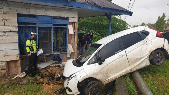 Mobil Mewah Hantam Rumah Warga di Kendari Gegara Hilang Kendali, Ganti Rugi Rp10 Juta
