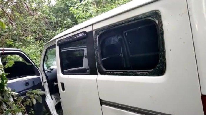 Jatuh di jurang di bilangan Jl Anoa, Desa Lambusango, Kecamatan Kapontori, Kabupaten Buton, Sulawesi Tenggara, tampak kaca Daihatsu Gradnmax dengan nomor polisi DT 1169 XE itu pecah.